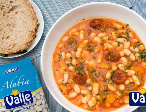 receta de alubias blancas con chorizo, verduras, pimentón y salsa de tomate.